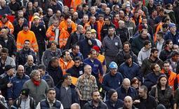 Lavoratori dell'Ilva protestano contro la possibile chiusura degli stabilimenti. Genova, 27 novembre 2012. REUTERS/Alessandro Garofalo