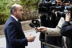 España no cumplirá los objetivos de recorte de déficit hasta 2014 debido a una persistente recesión y la situación empeorará más aún si se toman más medidas de austeridad, dijo la OCDE el jueves. En la imagen, el ministro de Economía, Luis de Guindos, en Bruselas el 26 de noviembre de 2012. REUTERS/François Lenoir