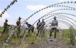 The South Africa contingent of the U.N. peacekeepers in Congo erect a razor wire barrier around Goma airport in the Democratic Republic of Congo November 26, 2012. REUTERS/James Akena (DEMOCRATIC REPUBLIC OF CONGO - Tags: MILITARY POLITICS SOCIETY)