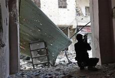 Un ataque aéreo militar sirio mató e hirió a docenas de personas en una prensa de aceite de oliva cerca de la ciudad de Idlib en el centro del país el martes, dijeron los activistas. El activista Tareq Abdelhaq dijo que al menos 20 personas murieron y 50 resultaron heridas en el ataque, según residentes de la zona donde se encuentra la prensa de aceite de oliva de Abu Hilal, a 2 km al oeste de Idlib. En la imagen, un combatiente insurgente en Alepo el 26 de noviembre de 2012. REUTERS/Zain Karam