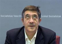 El Gobierno vasco en funciones anunció este martes que abonará la paga extra de los funcionarios de la administración autonómica, a pesar del decreto ley del Gobierno central que obligaba a su suspensión dentro de los recortes para reducir el déficit público. En la imagen, el lehendakari saliente, Patxi López, el 22 de octubre de 2012 en Bilbao. REUTERS/Vincent West