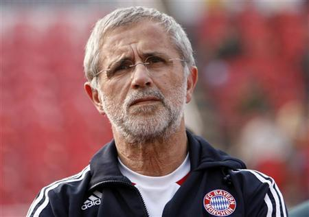 German soccer legend and FC Bayern Munich assistant coach Gerd Mueller watches a practice soccer match between Bayern Munich and Siliguri Mayor's XI in the northeastern Indian city of Siliguri January 21, 2009. REUTERS/Rupak De Chowdhuri