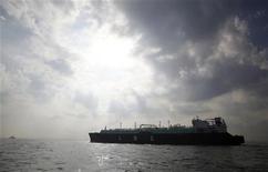 Перевозящее СПГ судно в Токийском заливе у города Екосука 22 октября 2012 года. Украина, жаждущая снизить зависимость от дорогостоящих поставок российского газа, заявила накануне, что Испания поможет ей в реализации стратегического проекта, построив терминал для приемки сжиженного природного газа стоимостью свыше 700 миллионов евро. REUTERS/Issei Kato