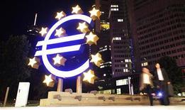 Escultura do euro do lado de fora da sede do Banco Central Europeu, em Frankfurt. Organização para a Cooperação e Desenvolvimento Econômico (OCDE) cortou suas previsões para o crescimento global, alertando que a crise da dívida na zona do euro é a maior ameaça à economia mundial. 18/08/2012 REUTERS/Alex Domanski
