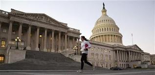 Mulher corre em frente ao Capitólio norte-americano, em Washington. Uma política fiscal mais apertada nos Estados Unidos deveria ser implementada gradualmente, afirmou nesta terça-feira a Organização para a Cooperação e Desenvolvimento Econômico (OCDE).13/11/2012 REUTERS/Joshua Roberts
