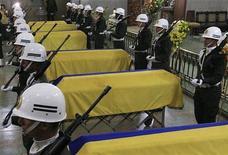Las Naciones Unidas advirtieron el martes de que una reforma constitucional propuesta en Colombia podría hacer que soldados y policías no sean castigados por supuestos crímenes de guerra cometidos durante el conflicto interno que ha vivido el país. En la imagen, varios policías de vigilan los féretros de seis camaradas muertos en Cali, el 30 de octubre de 2012. REUTERS / Jaime Saldarriaga
