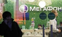 Мужчина разговаривает по мобильному телефону у офиса Мегафона в Москве 23 ноября 2012 года. Книга заявок на IPO Мегафона была подписана в понедельник, в том числе благодаря поддержке крупной заявки от глобального инвестфонда, однако отсутствие дополнительных ориентиров цены и информация о ходе размещения привели инвесторов к мысли о вероятности IPO по нижней границе определенного ранее диапазона. REUTERS/Maxim Shemetov