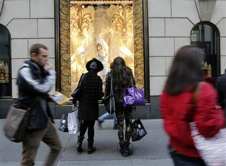 Holiday shoppers look at store windows at Henri Bendel store on 5th Avenue in New York November 23, 2012. REUTERS/Brendan McDermid