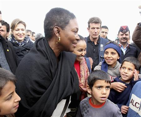 Valerie Amos (L), the United Nations' Under-Secretary-General for Humanitarian Affairs, meets Syrian refugee children during her visit to the Al Zaatri refugee camp in the Jordanian city of Mafraq, near the border with Syria November 27, 2012. REUTERS/Ali Jarekji
