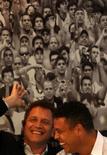 Brasil, que se prevé recibirá unos 500.000 visitantes para el Mundial de fútbol de 2014, debe empezar a preocuparse por los aficionados, según la FIFA. En la imagen, Valcke y Ronaldo se ríen durante una rueda de prensa tras la visita al estadio de Maracaná. REUTERS/Ricardo Moraes