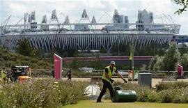 El parque olímpico de Londres vuelve a parecer un solar en construcción, mientras se realizan las obras de transformación valoradas en 292 millones de libras (unos 361 millones de euros) antes de que los británicos puedan volver a utilizar instalaciones como las piscinas y los carriles bici. En la imagen de archivo, el Parque Olímpico el pasado 14 de agosto. REUTERS/Paul Hackett