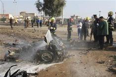 <p>Un bombero arroja agua sobre los escombros de un vehículo en el lugar de un ataque con bomba en Kirkuk, al norte de Bagdad. 27 de noviembre, 2012. REUTERS/Ako Rasheed. Las explosiones de tres coches bomba provocaron la muerte el martes de 23 fieles chiitas durante un ritual religioso en Bagdad, dijeron fuentes policiales y de salud.</p>