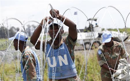 The South Africa contingent of the U.N. peacekeepers in Congo erect a razor wire barrier around Goma airport in the Democratic Republic of Congo November 26, 2012. REUTERS/James Akena
