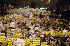 Cientos de personas salieron a la calle el martes para defender la sanidad pública en una protesta, la última de las motivadas por las medidas de austeridad impuestas al sector por los gobiernos central y autonómicos, que recorrió el centro de la capital española. En la imagen, manifestantes sostienen carteles durante una manifestación contra la política sanitaria del Gobierno de la Comunidad de Madrid en la capital española, el 27 de noviembre de 2012. REUTERS/Sergio Perez