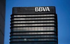 El banco español BBVA acordó el martes la venta al mexicano Banorte de una sociedad que administra fondos de pensiones por un importe de 1.600 millones de dólares más ajustes, lo que le reportaría una plusvalía neta de unos 800 millones de euros. En la imagen de archivo, la sede de BBVA en Madrid, el 31 de octubre de 2012.REUTERS/Juan Medina