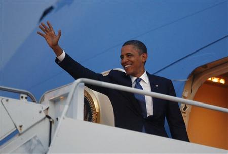 U.S. President Barack Obama waves from Air FOrce One as he prepares to return to the United States following the East Asia Summit in Phnom Penh, November 20, 2012. REUTERS/Jason Reed