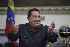 El presidente Hugo Chávez sacudió el martes la escena política venezolana al anunciar por sorpresa que debe viajar a Cuba para recibir tratamiento médico, lo que renovó preocupaciones sobre la salud del mandatario, quien se declaró curado del cáncer antes de ganar un nuevo mandato el mes pasado. En la imagen, el presidente venezolano Hugo Chávez sonríe mientras habla durante un consejo de ministros en Miraflores, Caracas, el 15 de noviembre de 2012. REUTERS/Handout/Miraflores Palace