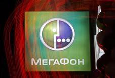 Логотип Мегафона у магазина в Санкт-Петербурге 27 ноября 2012 года. Второй по величине сотовый оператор Мегафон размещает акции по нижней границе определенного ранее ценового диапазона IPO - по $20 за GDR, таким образом, объем привлечения составит $1,7 миллиарда, сообщила компания в среду. REUTERS/Alexander Demianchuk
