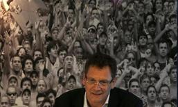 <p>Le secrétaire général de la Fifa, Jérôme Valcke, qui a visité mardi l'Arena da Baixada stadium, à Curitiba, où se tiendront des rencontres de la Coupe du monde de football 2014, a adressé ses félicitations au Brésil. Le Français s'est dit impressionné en particulier par le versant écologique, notamment par le réseau de bus de la ville fonctionnant à l'électricité et aux biocarburants, ainsi que par le stade, l'un des plus modernes du pays. /Photo prise le 26 novembre 2012/REUTERS/Ricardo Moraes</p>