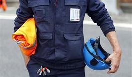 Un operaio delle accaierie Ilva di Taranto. REUTERS/Alessandro Garofalo