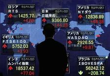 El índice Nikkei cerró el miércoles en su nivel más bajo en una semana por realizaciones de beneficio sobre todo entre las empresas exportadoras al creer la percepción de riesgo por el alza del yen y su impacto en la rentabilidad de las exportadoras. En la imagen, un hombre frente a un tablero electrónico que muestra los índices bursátiles en Tokio, el 22 de noviembre de 2012. REUTERS/Kim Kyung-Hoon