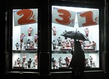 El Producto Interior Bruto (PIB) español seguirá su tendencia de contracción en los últimos meses de este año, dijo el miércoles el Banco de España. En la imagen, un escaparate de una joyería en el centro de Barcelona, el 27 de noviembre de 2012. REUTERS/Albert Gea