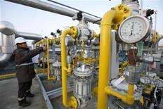 Рабочий проверяет вентили на хранилище природного газа Turkish Petroleum Corporation в Кинали 7 января 2009 года. Турецкое подразделение британского нефтяного гиганта BP продало активы по продаже сжиженного углеводородного газа (СУГ) и компанию Petgaz российской транспортно-экспедиторской компании ОТЭКО. REUTERS/Osman Orsal