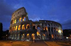 Римский Колизей 5 августа 2010 года. Один из символов Рима - амфитеатр Колизей - будет окольцован защитным барьером так, чтобы туристы не подходили слишком близко к внешним стенам древнего памятника, сообщили археологи. REUTERS/Tony Gentile
