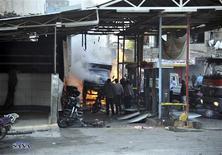 Al menos 34 personas murieron el miércoles en Siria cuando dos coches bomba explotaron en un distrito de Damasco leal al presidente Bashar el Asad, dijeron activistas y medios de comunicación. En la imagen, un grupo de personas reunido en el lugar de la explosión en el distrito Jaramana de Damaso, en una fotografía difundida por la agencia nacional SANA el 28 de noviembre de 2012. REUTERS/Sana