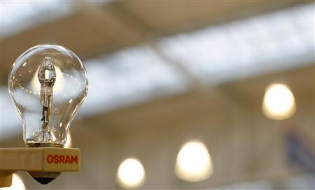 A traditional light bulb (100 watt) of lamp manufacturer Osram is pictured in Germering near Munich November 28, 2012. Siemens AG is expected to publish details of the long-awaited spin-off of Osram on Wednesday after its supervisory board meets to set out a future course for the lighting unit. REUTERS/Michaela Rehle
