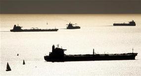 Нефте- и газоналивные танкеры в гавани Марселя 27 октября 2010 года. Цены на нефть снижаются, так как инвесторы нервничают по поводу угрожающего США финансового кризиса. REUTERS/Jean-Paul Pelissier