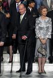 El rey Juan Carlos I continuará ingresado unos días más en la clínica madrileña Quirón-San José para recuperarse de la operación de cadera a la que se sometió hace cinco días por problemas de artrosis, informó el equipo médico el miércoles. En la imagen, de 16 de noviembre, el rey Juan Carlos y la reina Sofía durante la cumbre iberoamericana celebrada en Cádiz. REUTERS/Alfredo Aldai/Pool