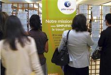 Люди изучают объявления в отделении Национального агентства по трудоустройству в Ницце 23 октября 2012 года. Число безработных во Франции выросло в октябре 2012 года, достигнув максимума 14 с половиной лет, усилив давление на президента-социалиста Франсуа Олланда, пообещавшего остановить непрерывный рост безработицы к концу 2013 года. REUTERS/Eric Gaillard