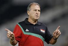 Técnico do Iraque, Zico, gesticula durante amistoso contra o Catar, em Doha. Zico deixou a seleção do Iraque na terça-feira, após pouco mais de um ano no cargo, afirmando que a federação de futebol do país não cumpriu os termos do contrato. 07/11/2012 REUTERS/Fadi Al-Assaad