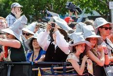 """En la imagen, aficionados junto a al alfombra roja en el estreno de """"El Hobbit: Un viaje inesperado"""" en Wellington, el 28 de noviembre de 2012. REUTERS/Mark Coote"""