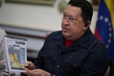 El presidente venezolano, Hugo Chávez, llegó a La Habana en la madrugada del miércoles para someterse a un tratamiento de oxigenación, según el periódico estatal cubano Granma, un viaje que volvió desatar especulaciones sobre el estado de salud del mandatario que sufrió un cáncer en la zona pélvica. En la imagen, el presidente venezolano, Hugo Chávez, señala un mapa en el Palacio de Miraflores, en Caracas, el 15 de noviembre de 2012. REUTERS/Miraflores Palace/Handout ESTA IMAGEN HA SIDO PROPORCIONADA POR UN TERCERO. REUTERS LA DISTRIBUYE, EXACTAMENTE COMO LA RECIBIÓ, COMO UN SERVICIO A SUS CLIENTES.