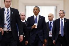 Presidente dos EUA, Barack Obama (C), e sua equipe deixam sessão plenária de cúpula da Associação das Nações do Sudeste Asiático, em Phnom Penh. Os presidentes-executivos de grandes corporações norte-americanas, incluindo Goldman Sachs, Deloitte, e Caterpillar, vão se encontrar com o presidente Barack Obama, para discutir a questão fiscal dos Estados Unidos. 20/11/2012 REUTERS/Damir Sagolj