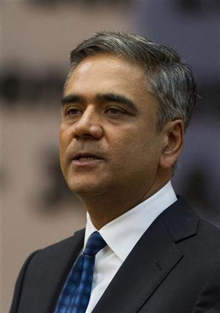 Deutsche Bank Co-CEO Anshu Jain delivers speech before a panel discussion during an ambassadors' conference at the German foreign ministry in Berlin, August 28, 2012. REUTERS/Thomas Peter (GERMANY - Tags: BUSINESS POLITICS)