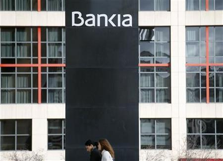 Women walk outside the headquarters of Spain's lender bank Bankia in Madrid October 26, 2012. REUTERS/Sergio Perez