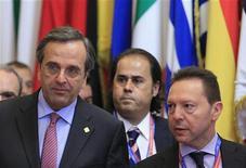 Premiê grego, Antonis Samaras (E), e o ministro das Finanças, Yannis Stournaras, deixam a sede do Conselho da UE durante cúpula dos líderes do bloco em Bruxelas, Bélgica. A Grécia contratou o Deutsche Bank e o Morgan Stanley para conduzir uma recompra voluntária de sua dívida, afirmou à Reuters uma autoridade sênior do Ministério das Finanças em condição de anonimato. 22/11/2012 REUTERS/Yves Herman