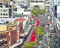 """Pré-estreia de """"Hobbit"""" contou com um tapete vermelho de 500 metros nas ruas de Wellington, na Nova Zelândia. 28/11/2012 REUTERS/Positively Wellington Tourism/Handout"""