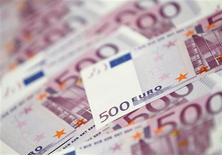La Ley de Amnistía fiscal puesta en marcha hace seis meses por el Gobierno español ha obtenido un pobre balance recaudatorio al aflorar solo un 6,0 por ciento del importe inicial que se había propuesto el departamento de Hacienda. En la imagen, billetes de 500 euros en un banco, en esa imagen ilustrativa tomada en Seúl, el 18 de junio de 2012. REUTERS/Lee Jae-Won