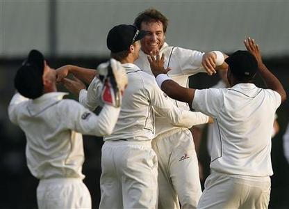 New Zealand's Doug Bracewell (C) celebrates with teammates after taking the wicket of Sri Lanka's Mahela Jayawardene during the fourth day of second and final test cricket match in Colombo, November 28, 2012. REUTERS/Dinuka Liyanawatte