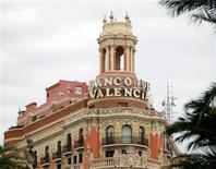 Banco de Valencia dijo el miércoles que tiene pendiente de contabilizar un deterioro adicional en sus cuentas a septiembre de algo más de 2.000 millones de euros por la aplicación de la nueva legislación en materia de venta y saneamiento de activos inmobiliarios. En esta imagen de archivo, la sede de Banco de Valencia en Valencia, el 12 de abril de 2012. REUTERS/Heino Kalis/Files