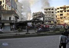 <p>Una multitud se reúne en el lugar de un estallido en el distrito de Jaramana, cerca de Damasco. 28 de noviembre, 2012. REUTERS. Imagen para uso no comercial, ni ventas, ni archivos. Solo para uso editorial. No para su venta en marketing o campañas publicitarias. Esta imagen fue entregada por un tercero y es distribuida, exactamente como fue recibida por Reuters, como un servicio para clientes. Dos coches bomba explotaron el miércoles provocando la muerte de al menos 34 personas en un ataque sobre un distrito de la capital de Siria leal al presidente Bashar al-Assad.</p>