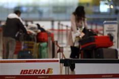 Los sindicatos de Iberia acordaron el miércoles convocar seis días de paros en diciembre para protestar contra del plan de reestructuración de la compañía que prevé el recorte de casi el 25 por ciento de su plantilla. En la imagen, varios clientes en una línea de facturación de Iberia el 9 de noviembre de 2012. REUTERS/Sergio Pérez