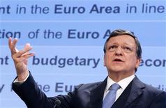 Los países de la Unión Europea deben reducir la carga impositiva relacionada con el trabajo y la renta para gravar más el consumo y la contaminación con el fin de ayudar a que la economía crezca, dijo el miércoles la Comisión Europea. En la imagen, el presidente de la Comisión Europea, José Manuel Durao Barroso, en una rueda de prensa en la sede de la Comisión en bruselas, el 28 de noviembre de 2012. REUTERS/Francois Lenoir