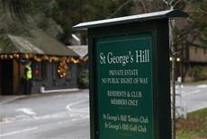 """Вид на въезд в имение St George's Hill в графстве Сюррей, Великобритания 28 ноября 2012 года. Российский бизнесмен, помогавший швейцарским прокурорам в расследовании мошенничеств могущественной преступной сети и давший показания на тему """"списка Магнитского"""", умер при загадочных обстоятельствах около своего особняка. REUTERS/Olivia Harris"""