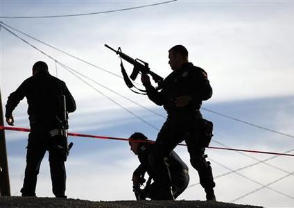 Police officers arrive at a crime scene in a neighborhood in Ciudad Juarez November 12, 2012. REUTERS/Jose Luis Gonzalez