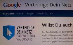 """Varios políticos alemanes han tachado de propaganda una campaña de Google para movilizar a la opinión pública contra una propuesta de ley para permitir a los editores cobrar a los buscadores de Internet por mostrar artículos de periódicos. En la imagen, la página """"Proteje tu web"""" creada por Google contra una propuesta de ley en Alemania, fotografiada en la pantalla de un ordenador en Berlín, el 28 de noviembre de 2012. REUTERS/Wolfgang Rattay"""